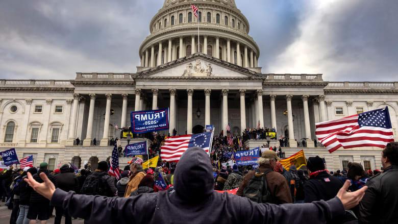 مقاطع فيديو لم تُعرض سابقًا تظهر تعرض الشرطة للضرب في أحداث الكونغرس
