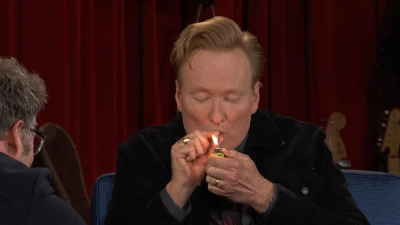 شاهد.. كونان أوبريان يدخن الحشيش على الهواء في إحدى أواخر حلقاته على TBS