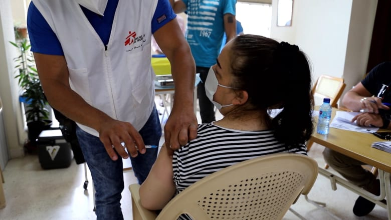 وسط الأوضاع المعيشية الصعبة.. افتتاح مركزي تطعيم في لبنان لمواجهة كورونا