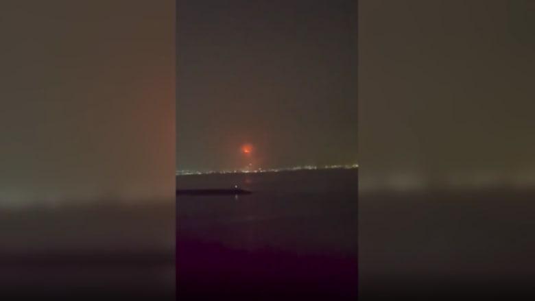 لحظة وقوع انفجار بجبل علي.. ورئيس تحرير CNN بالعربية: السماء تحولت الى صفراء