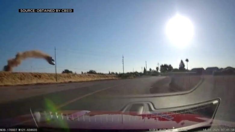 كاميرا توثق لحظة تحليق سيارة في الهواء.. وانقلابها مباشرة على طريق سريع