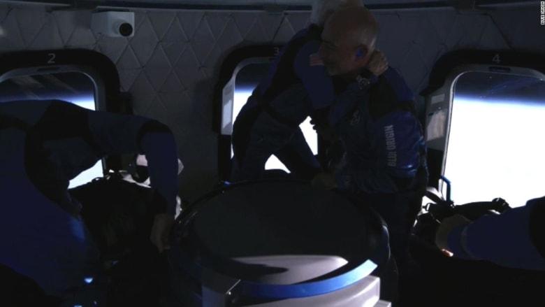 """مشاهد من داخل كبسولة """"بلو أوروغين"""" أثناء تحليقها في الفضاء"""