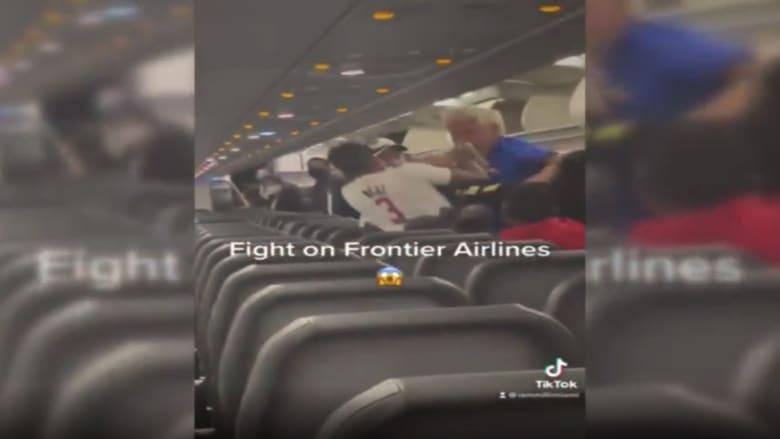 لكمات وصراخ.. شاهد لحظة اندلاع عراك عنيف على متن طائرة ركاب أمريكية