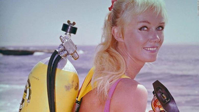 تعرضت للعض 4 مرات.. تعرف إلى المرأة الشجاعة التي صورت مع أسماك القرش