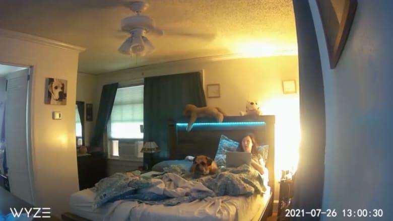 حادثة غريبة وثقتها الكاميرا: شخص غريب يدخل غرفة نوم امرأة.. وينصرف دون أي اعتذار