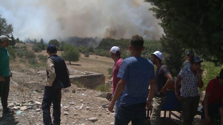 """""""نحن وكل شيء سيحترق"""".. قرويون أتراك يحاولون حماية الممتلكات من الحرائق"""