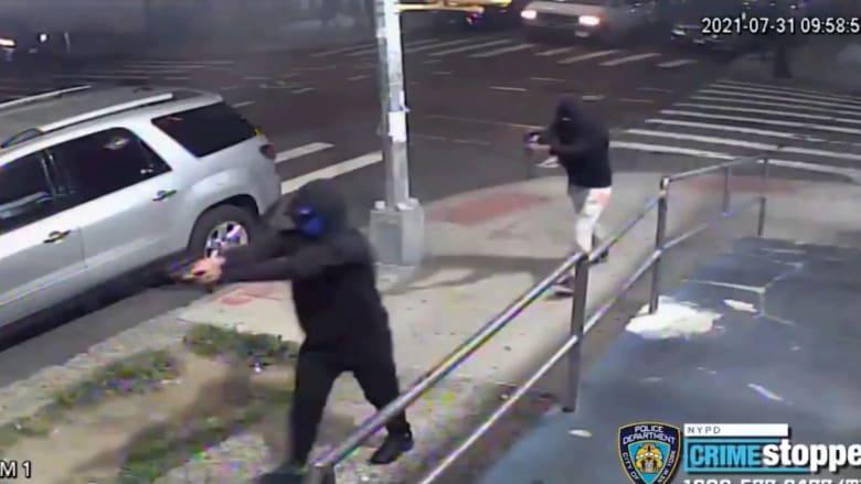 شاهد لحظة إطلاق مسلحين النار في نيويورك على حشد.. وإصابة 10 أشخاص بجروح
