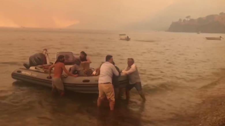في تركيا.. هرب المئات من منتجع سياحي شهير بالقوارب مع اندلاع حرائق الغابات