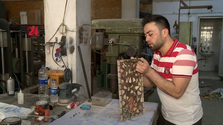 سوري يحوّل مخلفات الحديد والخشب إلى أعمال فنية في تركيا