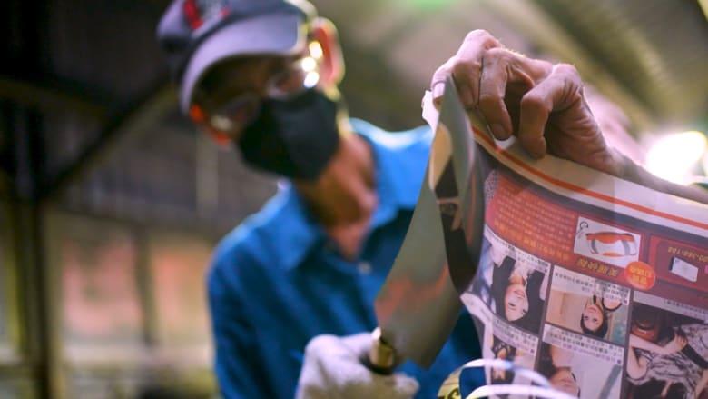 الق نظرة داخل هذا المصنع في تايوان الذي يحول قذائف مدفعية إلى سكاكين