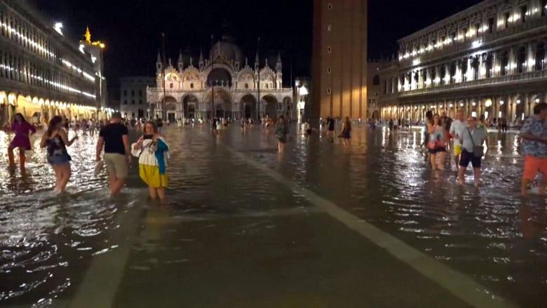 شاهد.. سياح البندقية يستمتعون بأعلى موجة فيضان صيفي