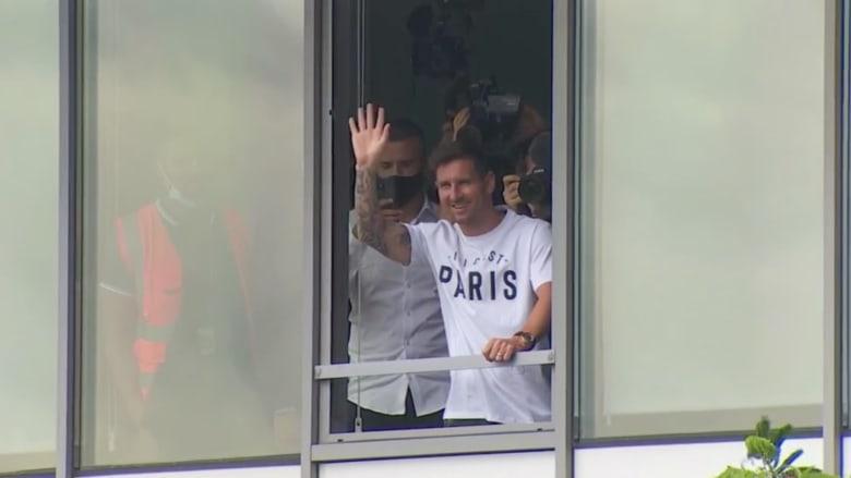 شاهد لحظة وصول ميسي إلى فرنسا وسط هتافات جماهير باريس سان جيرمان