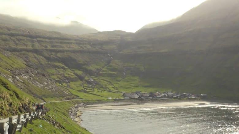 جبال وشلالات تشبه مشهدًا من The Lord of the Rings.. إليك ما يجعل جزر فارو وجهة تستحق الزيارة