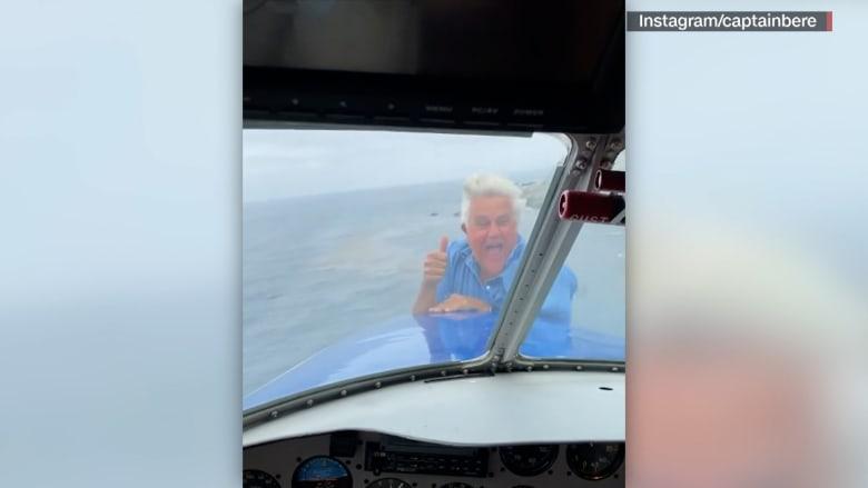 مذيع يخاطر بحياته ويتعلق بمقدمة طائرة تحلق بسرعة 237 كيلومترًا في الساعة.. لن تصدق السبب
