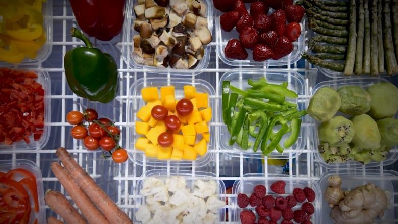 لماذا يجب عليك تجميد الفواكه والخضروات التي لن تأكلها على الفور؟