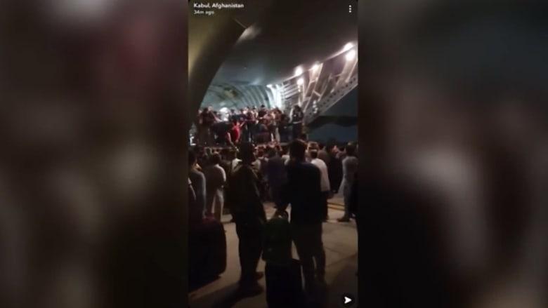 فيديو من مطار كابول يُظهر عشرات الأشخاص يصعدون متن طائرة عسكرية في عملية إخلاء سريعة