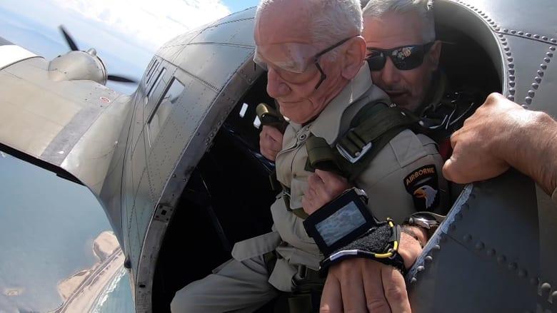 جندي من الحرب العالمية الثانية يقفز من طائرة في عيد ميلاده الـ100