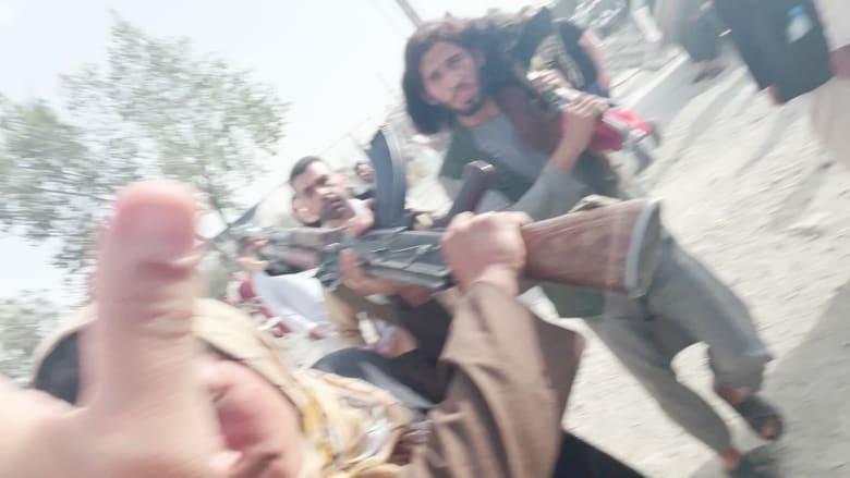شاهد.. مقاتلو طالبان يواجهون بعدائية مراسلة CNN أثناء تصوير تقرير بأفغانستان