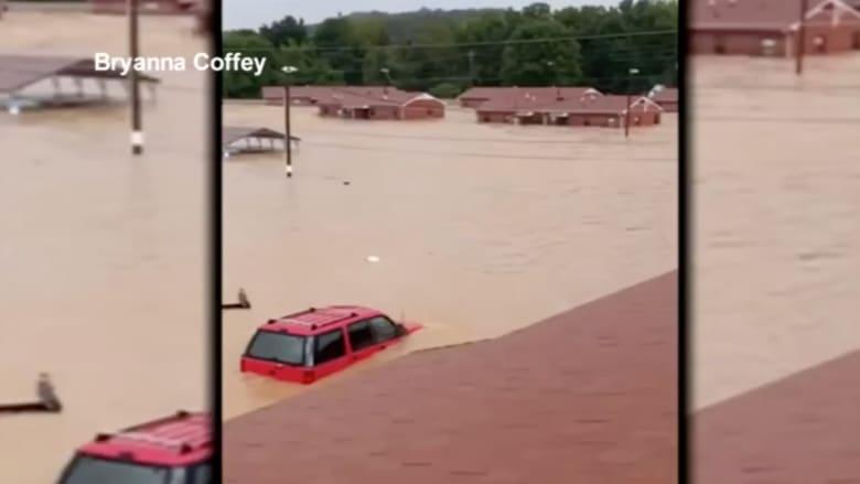 أم تلتقط فيديو لفيضان هائل غمر الحي وأحاط بمنزلها بينما ابنتها تجلس على السطح