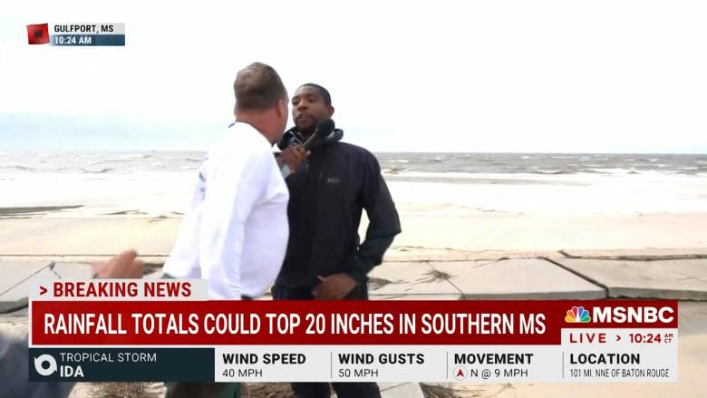 على الهواء.. مقاطعة مراسل أخبار وشجار بسبب تغطية إعصار أيدا