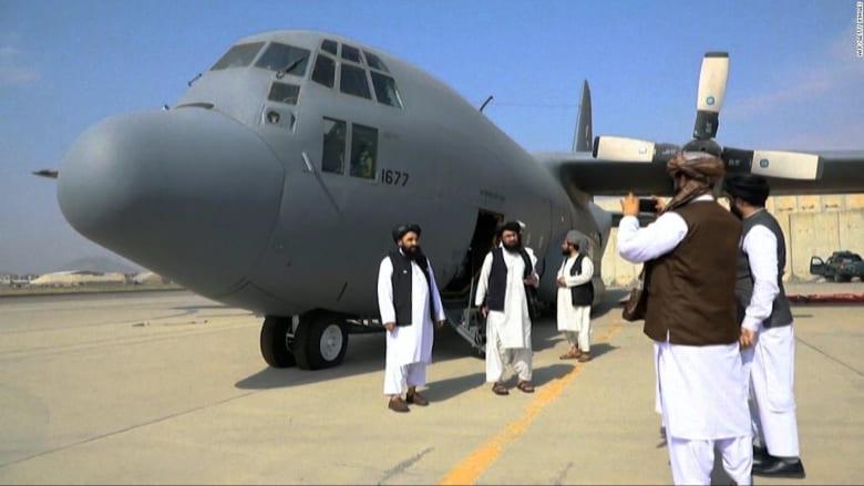 """""""فحص المعدات العسكرية"""".. من داخل مطار كابول بعد الانسحاب الأمريكي"""