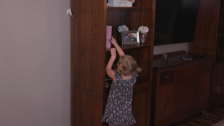 خطر خفي في منزلك.. إليك كيف يمكنك حماية أطفالك من التعرض للأذى بسبب سقوط الأثاث
