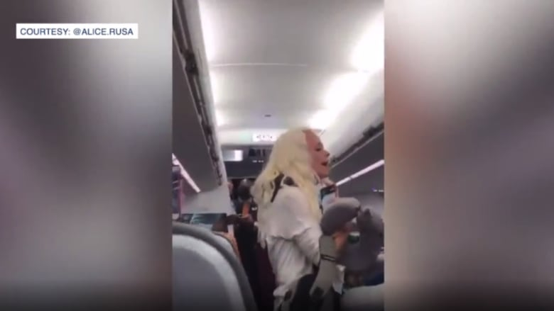شاهد.. صراخ وتدافع داخل طائرة ركاب أمريكية بسبب كمامة