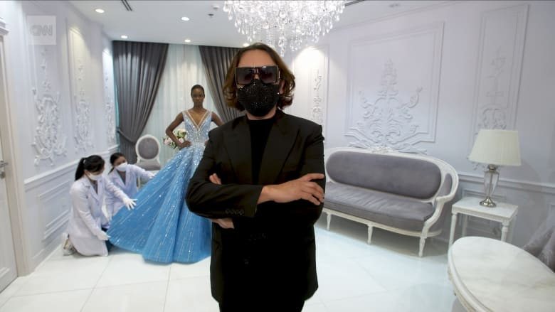 صمم أزياء لبعض أشهر المشاهير في العالم.. هكذا يختار مايكل سينكو في دبي كل حبة كريستال في فساتينه
