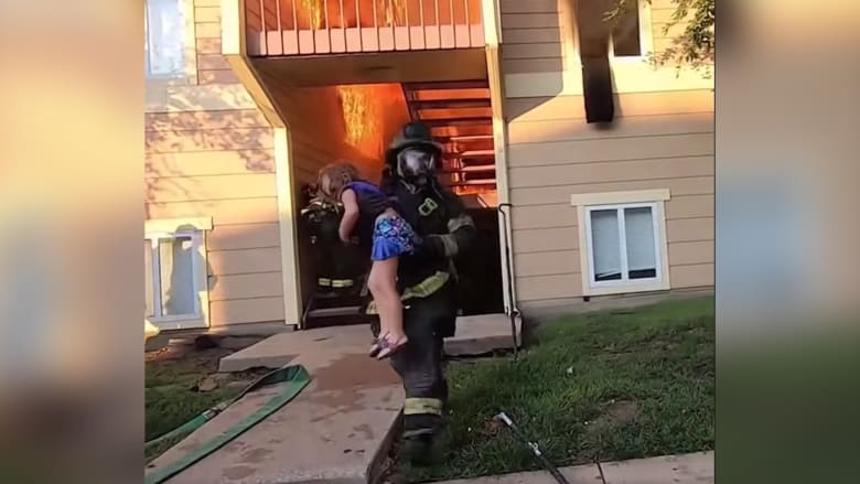 فيديو درامي يظهر لحظات مثيرة لرجال إطفاء ينقذون طفلة من شقة محترقة