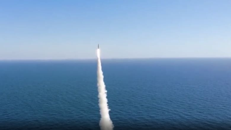 شاهد.. كوريا الشمالية تطلق صواريخ بالستية.. والجنوبية ترد بصاروخ من تحت الماء