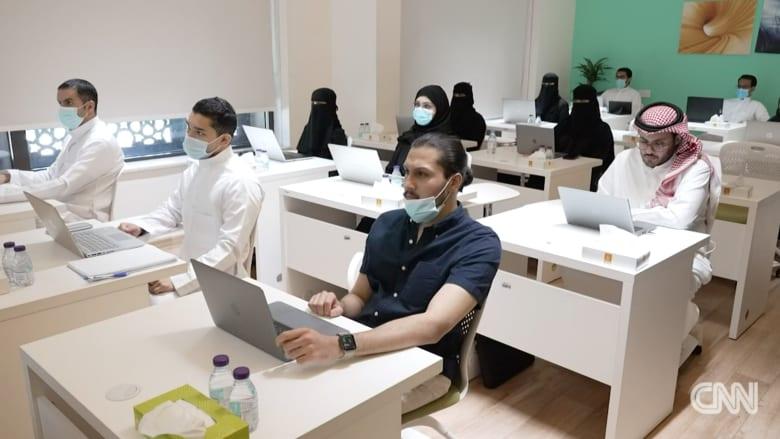جنبًا إلى جنب مع الرجل.. المرأة تعمل على صناعة تكنولوجيا المستقبل في المملكة العربية السعودية