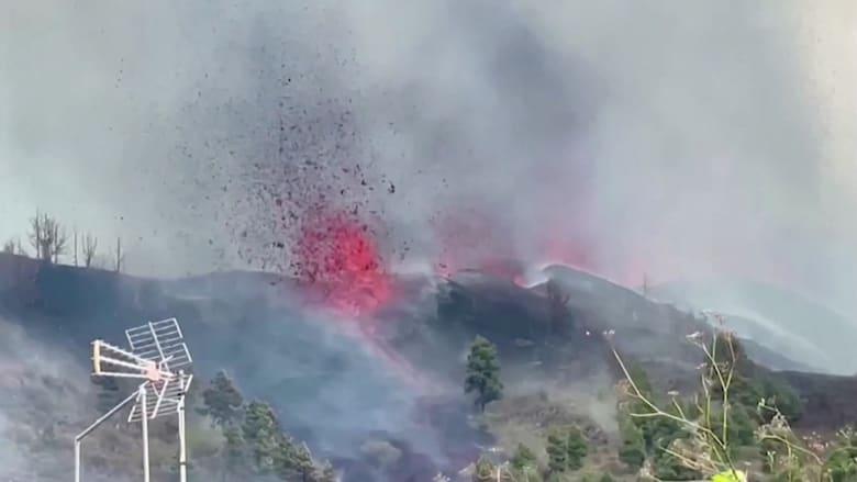 شاهد تصوير لحظات اندفاع الحمم البركانية من فوهة بركان إسباني ثائر