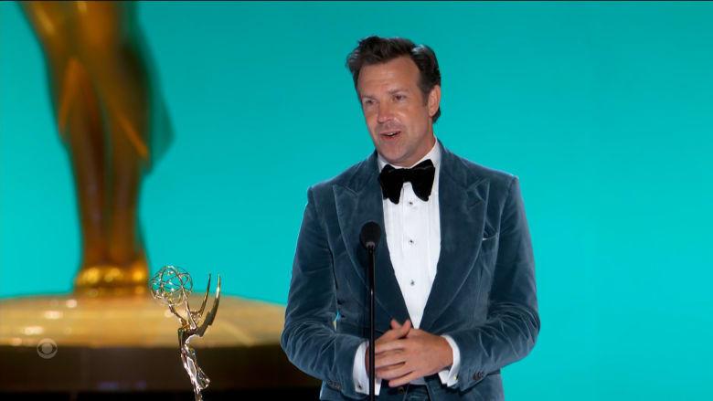 لحظة محرجة لجيسون سوديكس بحفل توزيع جوائز إيمي مع شكره لرئيسه السابق.. شاهد ما حدث