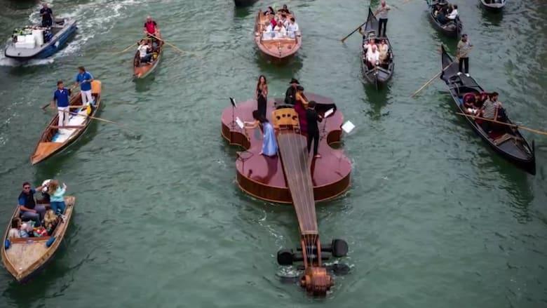 """شاهد.. فرقة تعزف موسيقى فيفالدي على """"كمان عائم"""" وسط المياه"""