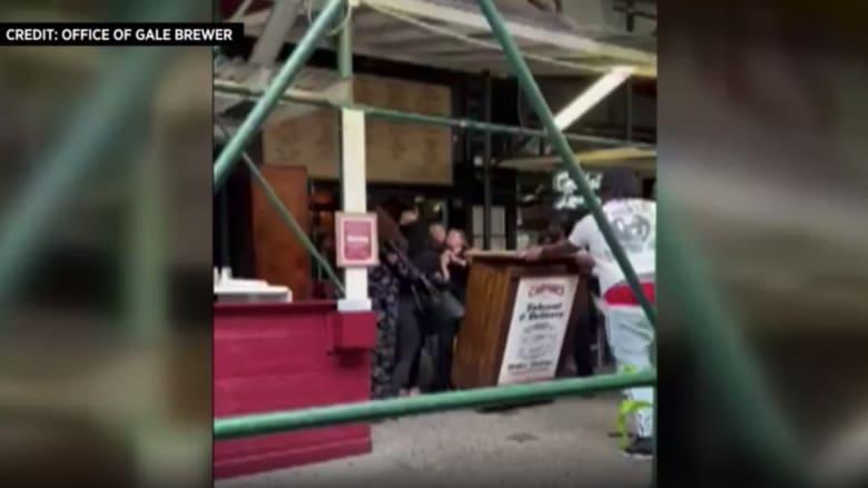كاميرا ترصد نساء يضربن بعنف نادلة مطعم طلبت إثباتا بتلقي لقاح كورونا