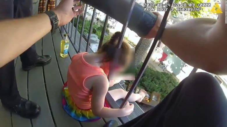 شاهد ما حدث لطفلة علق رأسها بين قضبان حماية شرفة منزلها