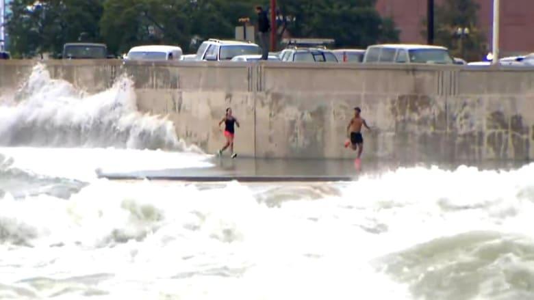 شاهد.. أمواج هائلة تفاجىء عدائين وتوقعهم أرضًا على شواطىء شيكاغو