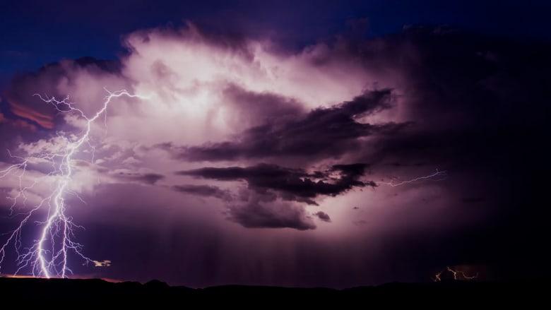 مطارد العواصف.. شاهد كيف التقط صورًا للسحب الخارقة