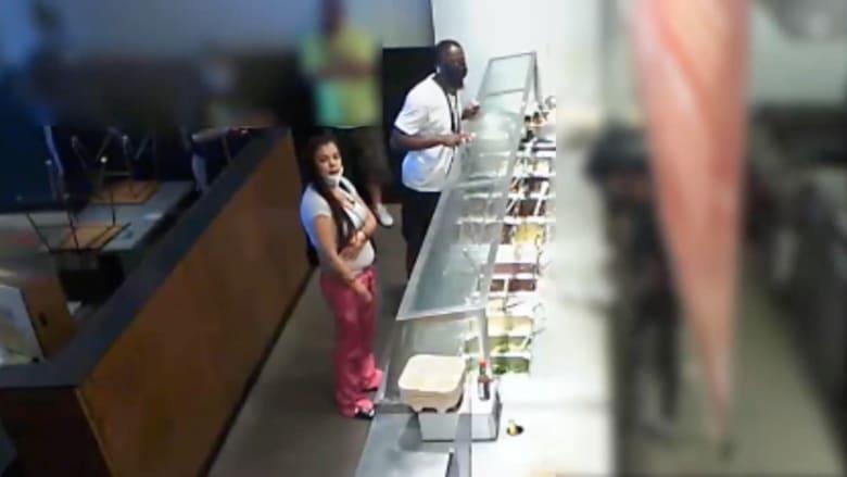 فيديو يُظهر زبونة غاضبة تشهر مسدسا في مطعم.. وتجبرهم على إعداد طعام لها قبل الإغلاق