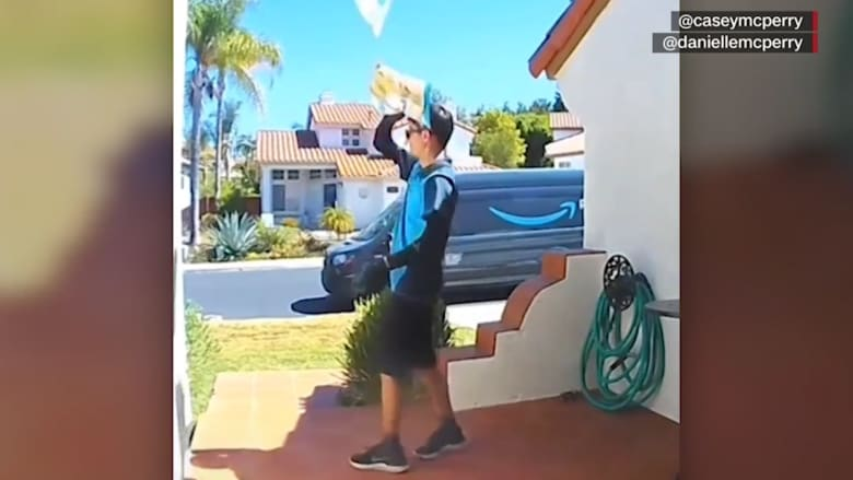 شاهد.. رجل توصيل بأمازون يرمي طردا بريديا على سطح منزل