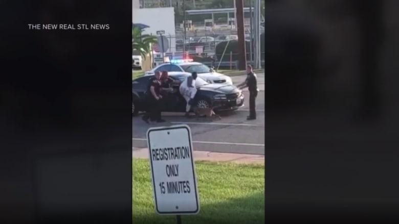 شاهد.. لحظة هجوم كلب بوليسي على رجل أسود بشراسه أثناء اعتقاله