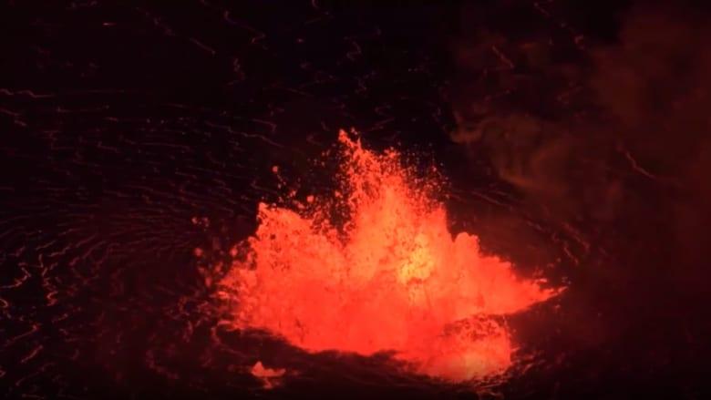 شاهد.. نافورة حمم بركانية ملتهبة تتدفق من بركان كيلوا في هاواي