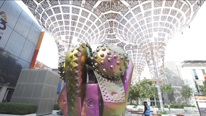 تبدو وكأنها كائن فضائي..ما سر هذه المنحوتة الضخمة في إكسبو 2020 دبي؟