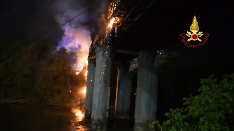 حريق يدمر جسر الصناعة التاريخي في روما الذي يعود بناؤه لعام 1863
