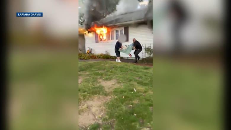 امرأة بعمر 97 عامًا تُنقذ من منزلها المحترق.. ليسقط المُنقذ بعدها بسكتة قلبية