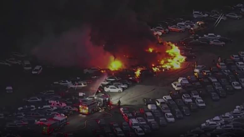 شاهد.. لحظة اندلاع حريق هائل التهم عشرات السيارات في ساحة مزاد