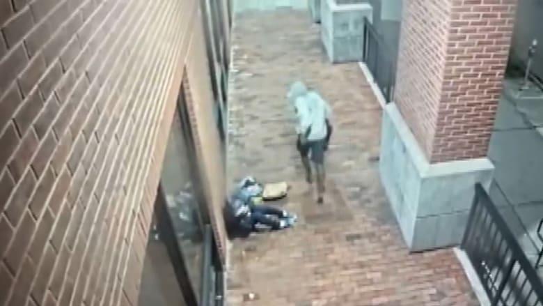 كاميرا مراقبة ترصد رجلًا يعتدي بوحشية على وجه ورأس امرأة مسنة ويلوذ بالفرار