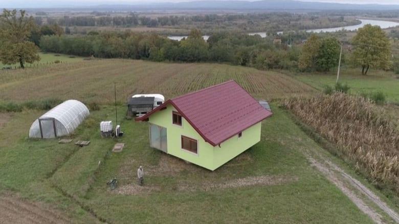 شاهد.. رجل يبني منزلًا دوارًا لزوجته بعدما سئم شكواها وترددها بشأن المنظر