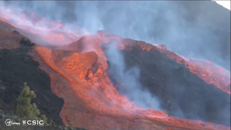 مشهد غاية في الروعة والهيبة للحمم البركانية المتدفقة على تلال جزيرة لابالما