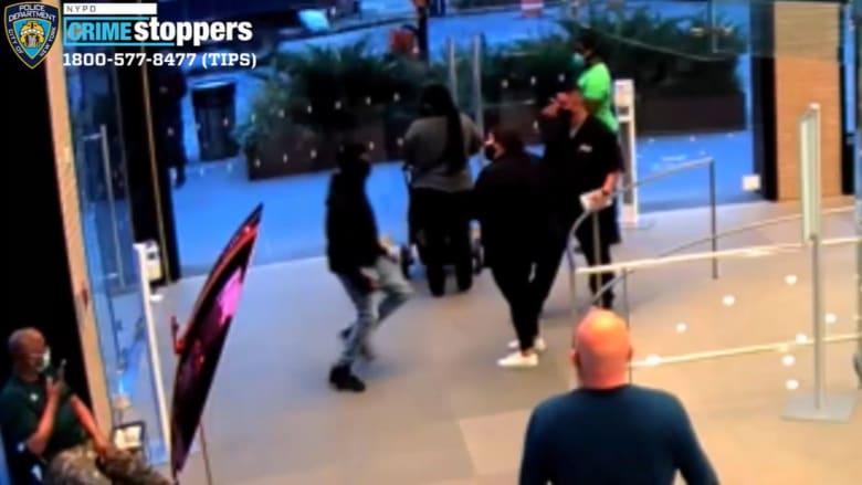كاميرا مراقبة تُظهر رجلا يطعن حارس أمن ويلكم موظفة ويصفع آخر بمتجر آبل